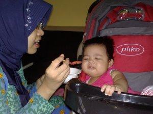 ALia makan pertama (280709)